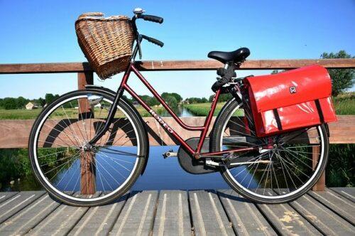 Zwaar, terugtraprem, geen versnellingen, dames frame. Nauwelijks geschikt voor een fietsvakantie. Afgezien van de waterdichte tassen wellicht